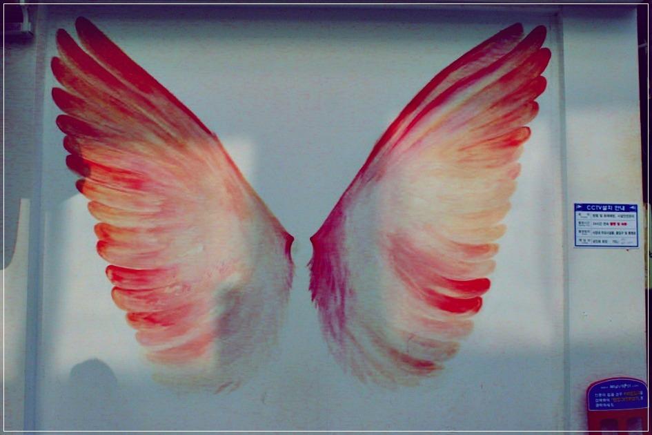 벽에 그려진 날개