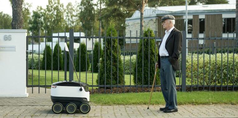 인도를 걸어다니는 무인 배송 로봇